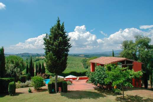 La Casa Rossa - Surrounded by vineyards and fields of wildflowers in the wine producing area of Chianti.