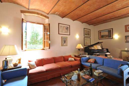 La Casa Rossa - The large sitting room with vaulted ceiling.