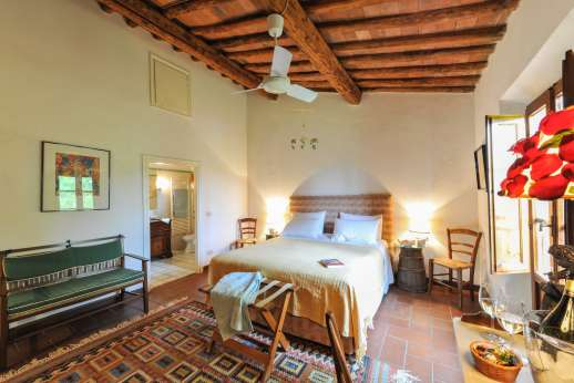 La Casa Rossa - Double bedroom with en suite bathroom.