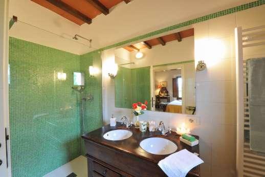 La Casa Rossa - En suite bathroom