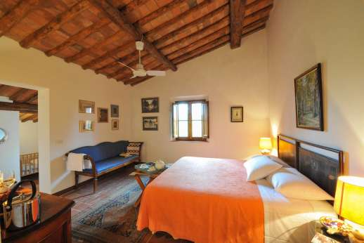 La Casa Rossa - First floor double bedroom with en suite bathroom