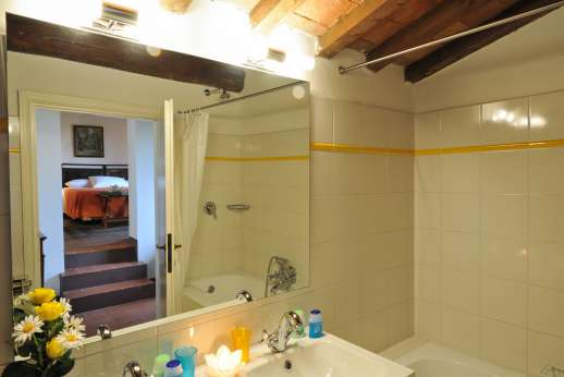 La Casa Rossa - A shared bathroom with bath.