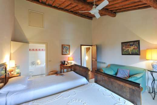 La Casa Rossa - The second double bedroom with en suite bathroom.