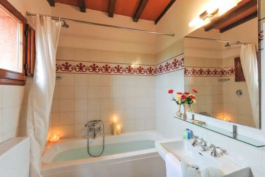 La Casa Rossa - En suite bathroom with bath.