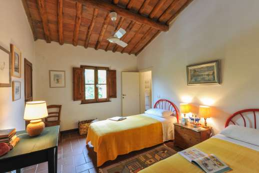 La Casa Rossa - Another twin bedroom shares bathroom with a single bedroom.