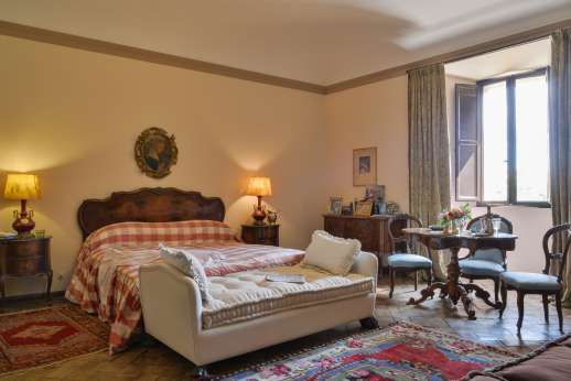 La Fattoria di Sarteano - Double bedroom with olivewood floor and a large ensuite bathroom with bath.