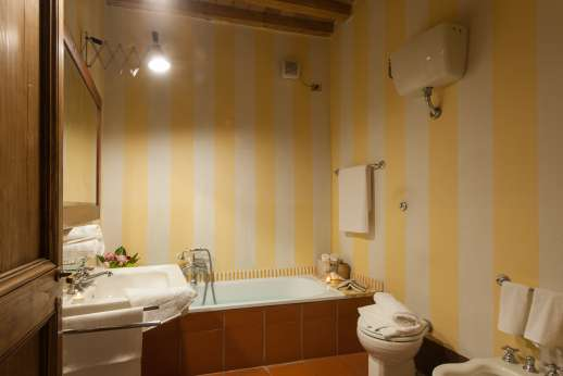 La Fattoria di Sarteano - Nice clean bathroom with terracotta floor