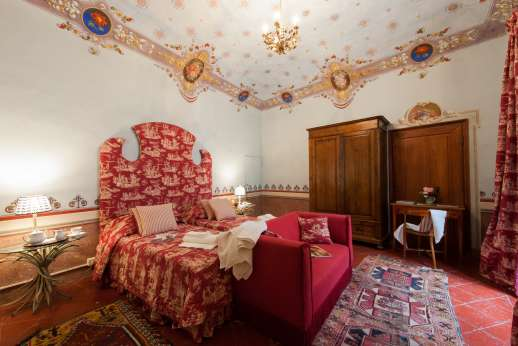 La Fattoria di Sarteano - Double bedroom with traditional wall paintings