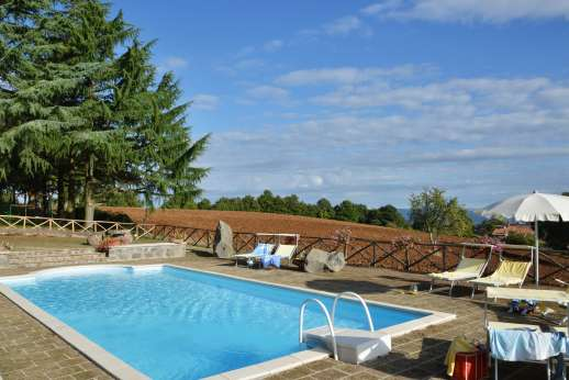 La Grande Quercia - The pool is 20m/yards from the main house and a few steps lower.