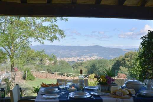La Grande Quercia - The large dining loggia facing the pool and Orvieto.