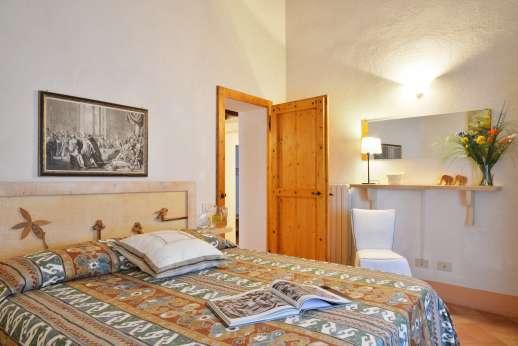 La Grande Quercia - Air conditioned double bedroom with en suite bathroom.
