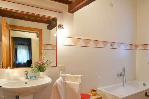 La Grande Quercia - The bathroom, used by the mezzanine bedroom.