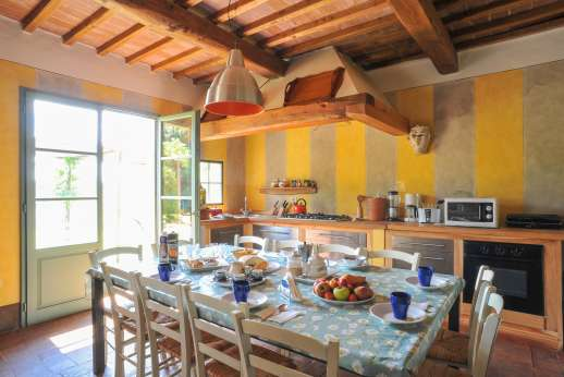 La Magione - Decorated in an updated Tuscan style, the one-storey house boasts large, high-ceilinged rooms with oversized glass doors opening to the garden.