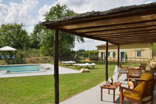 La Magione - Relax under the shaded pergola by the pool
