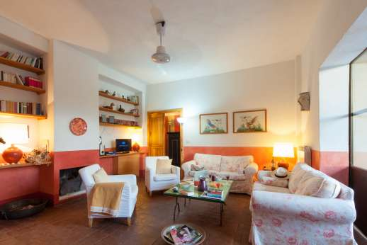 La Magione - Sitting room, wireless internet is available.