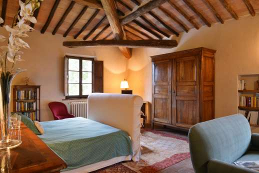 La Piana - Beautifully furnished double bedroom with high beamed ceilings and terracotta floors.