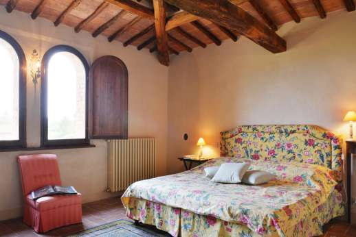 La Piana - Traditional beamed ceilings throughout the villa and this double bedroom.