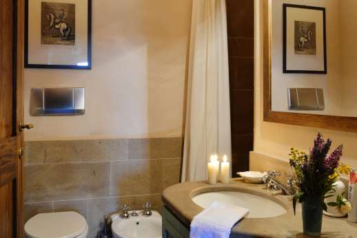 La Piana - Bathroom and shower.