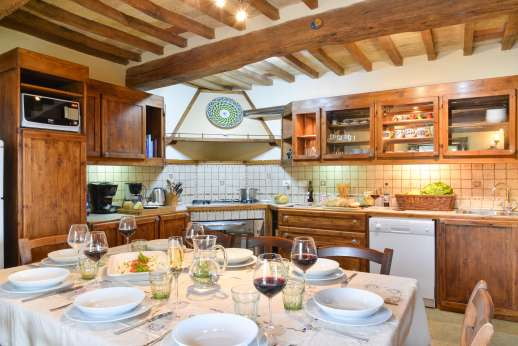 La Pianstella - Well-equipped kitchen with a dining table.