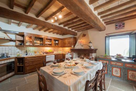 La Pianstella - Well-equipped kitchen with a dining table and a sofa