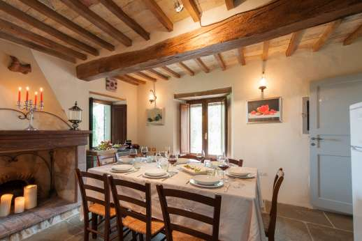 La Pianstella - Another view of the kitchen and dining table.