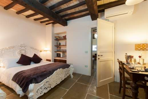 La Pianstella - Air-conditioned ground floor bedroom with an en suite bathroom.