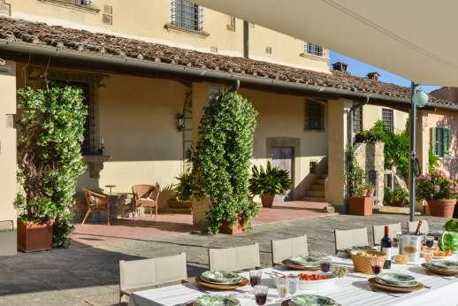 La Tegolaia - Shaded outside dining next to the villa