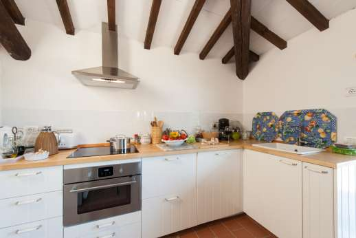 La Tegolaia - Summer kitchen in the main house with access to the garden