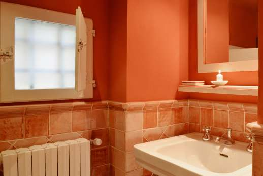 La Villa Di Petroio - The bathroom servicing the twin bedroom.