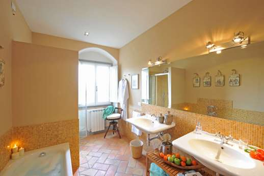 La Villa Di Petroio - The en suite bathroom of the four poster double bedroom in the east wing.