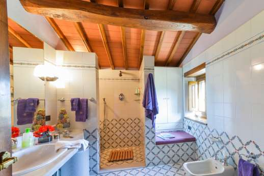 La Villa Di Petroio - Ensuite bathroom with shower. (Available on the plus 16 option)