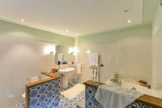 La Villa Di Petroio - Ensuite bathroom with bath tub. (Available on the plus 16 option)