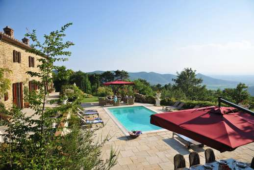 Le Bruciate - The pool set in front of the villa with loungers and umbrellas enjoying superb scenery.