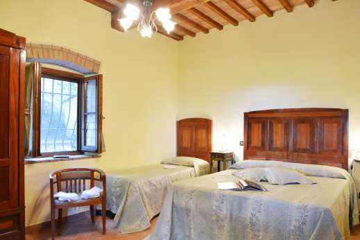 Montaspro - The second double bedroom with high beamed ceilings.