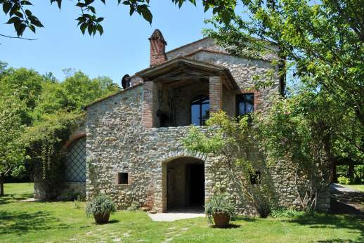 Pergoletto - In the hills, on the border with Tuscany lies Pergoletto, a delightful 14th century farmhouse surrounded by its own orchards and woodlands.