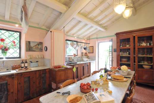 Pergoletto - Large kitchen with a breakfast table leading out to a loggia.