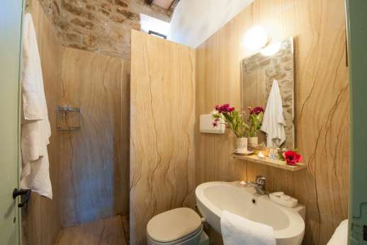 Pergoletto - Bathroom with shower.