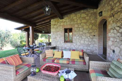 Podere Casalfava - Lounging area under the loggia, look out over the garden.
