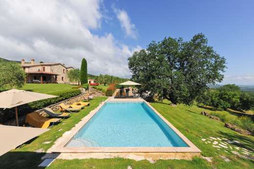 Podere Casalfava - The large pool furnished with sun loungers and umbrellas.