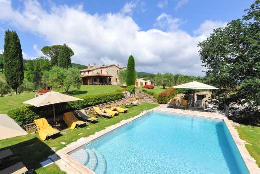 Podere Casalfava - The elegant swimming pool with steps for easy entry and exit