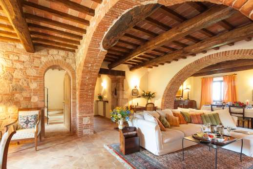 Podere Casalfava - Beautiful archway leads into the dining area.