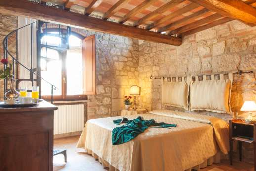 Podere Casalfava - Ground floor double bedroom with a balcony with a double bed.