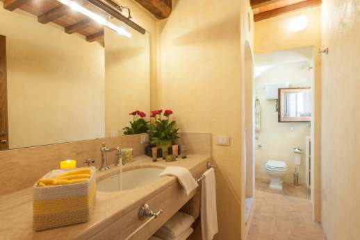 Podere Casalfava - Ground floor double bedroom and bathroom with shower.