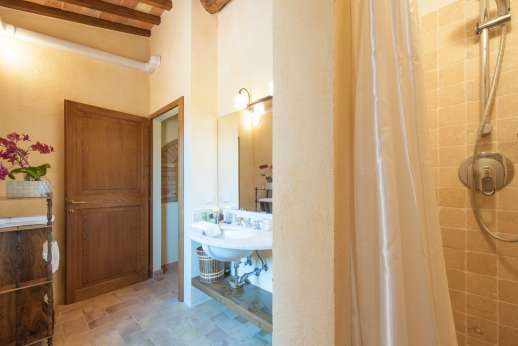 Podere Casalfava - A private bathroom.