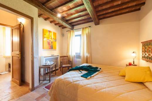 Podere Casalfava - Ground floor, double bedroom with private bathroom with jacuzzi bath.