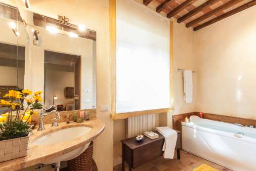 Podere Casalfava - En suite bathroom with jacuzzi bath