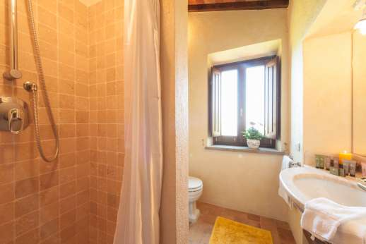 Podere Casalfava - En suite bathroom.
