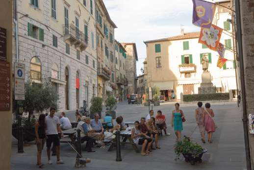 Podere Casalfava - Shops and cafes in the town