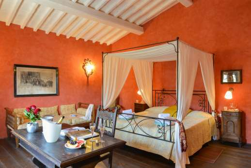 Podere Castelluccio - Air-conditioned double bedroom with en suite bathroom with shower.