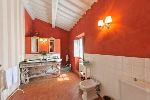 Podere Castelluccio - The en suite bathroom.